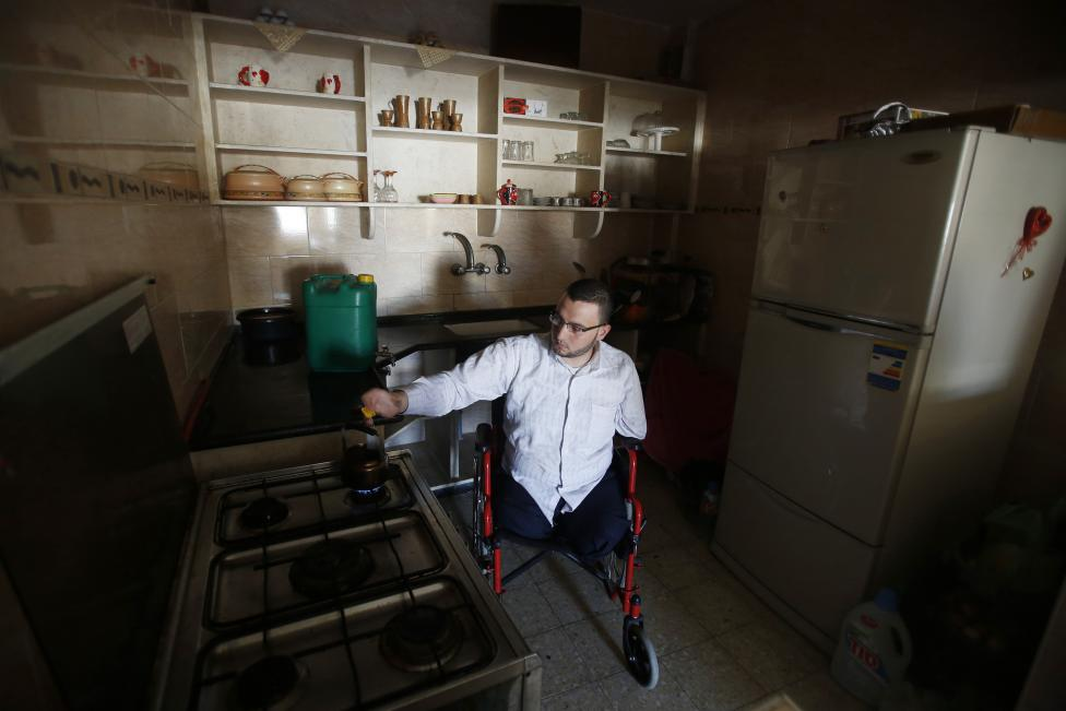 Ahmed al-Sawaferi makes tea before leaving his house in Gaza City, March 18, 2015.  REUTERS/Suhaib Salem